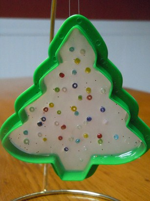 how to make a Christmas ornament from cookie cutters and hot glue