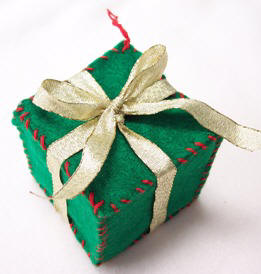 Make Christmas ornaments from felt