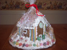 How to wrap a gingerbread house for freshness and transport