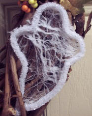 Hand-made ghost from a pipe cleaner - free craft instructions