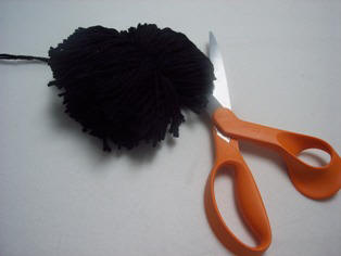 How to make a pompom cut the ends