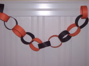 Simple kids craft - This paper chain is made from construction paper - Free Instructions